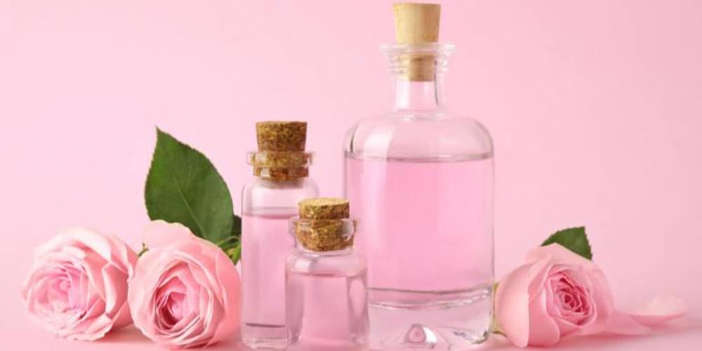 ماسک روشن کننده پوست که از گلاب و سفیدآب تهیه شده است