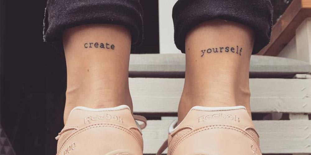 طرح تاتو نوشته انگلیسی با معنی روی پای دختران
