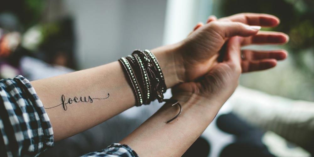 تاتو نوشته کوتاه و ساده روی دست
