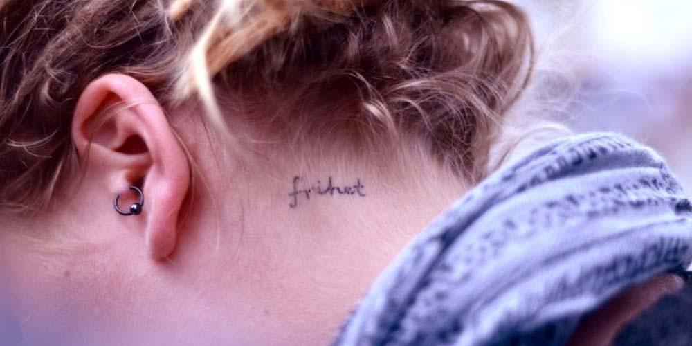 تاتو نوشته دخترانه انگلیسی روی گردن