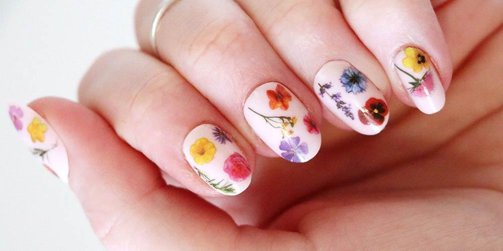 دیزاین ناخن دخترانه جدید با سبک گل و رنگ روشن