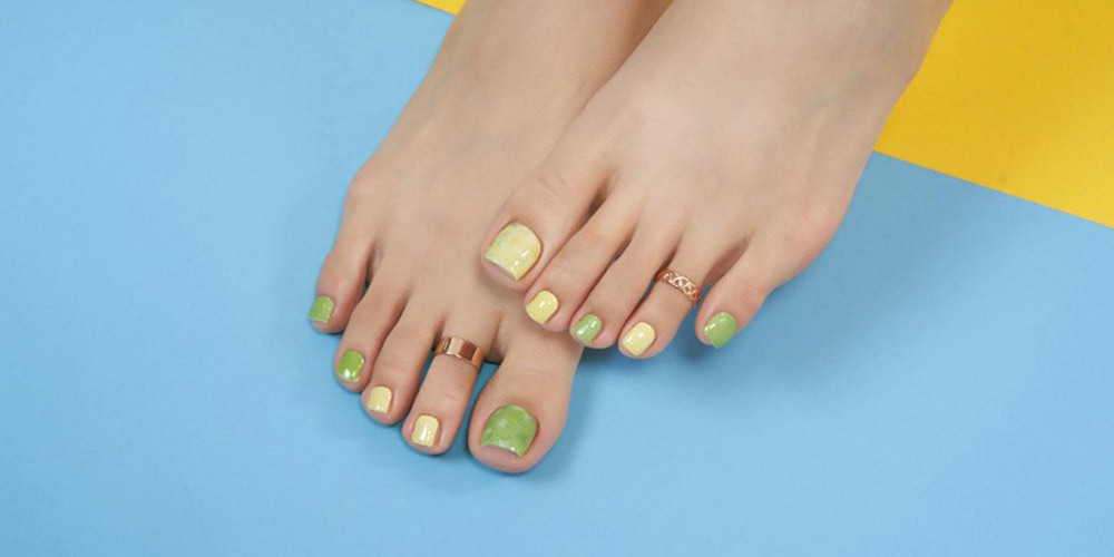 دیزاین ساده ناخن پا با لاک سبز و زرد