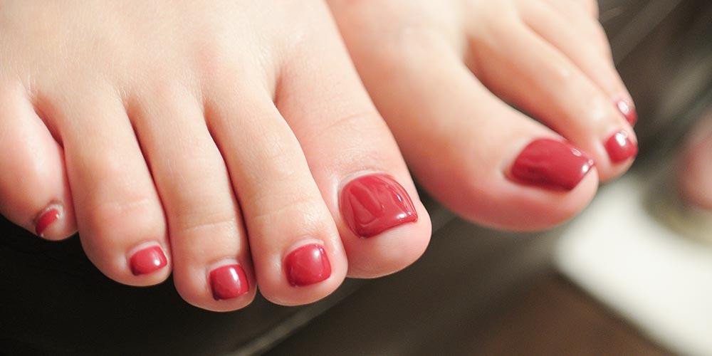 طرح ناخن پا قرمز