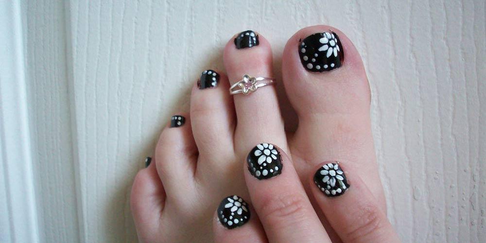 دیزاین ناخن پا با لاک سفید مشکی
