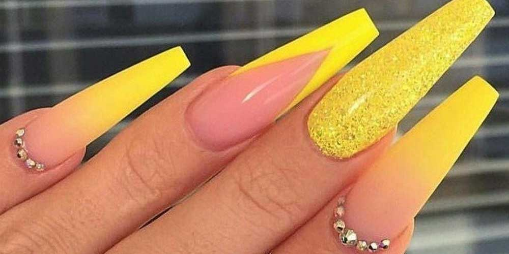 مدل ناخن زرد با دیزاین نگین