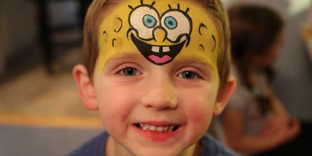 نقاشی شخصیت کارتونی روی صورت کودکان