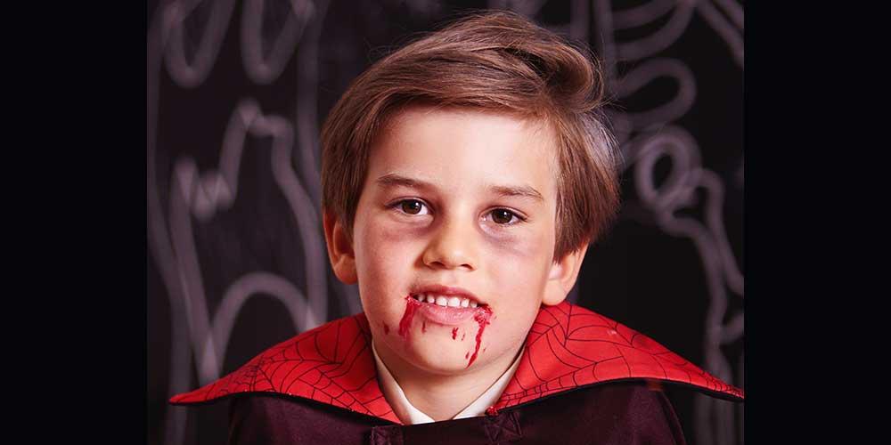 گریم دراکولا روی صورت کودک