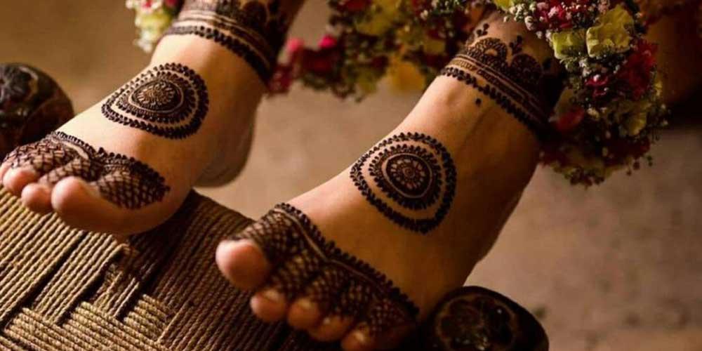 طراحی با حنا بر روی پای عروس