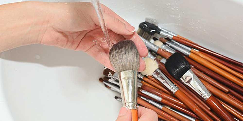 چگونه باید براش های آرایشی را بشوییم؟