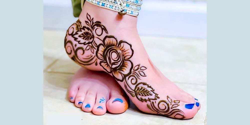 طراحی ساده حنا روی پا