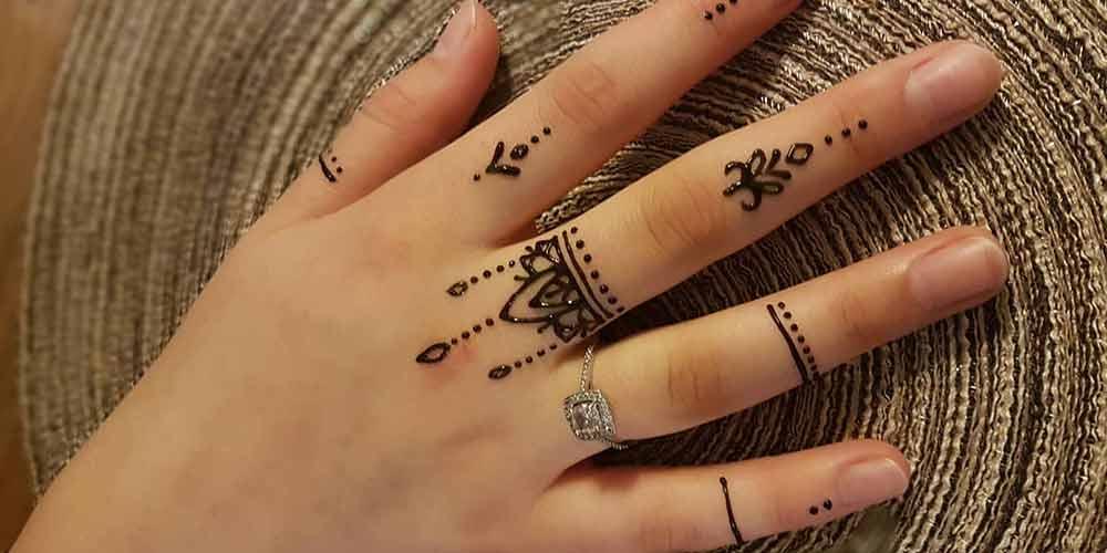 طراحی ظریف حنا روی انگشتان دست