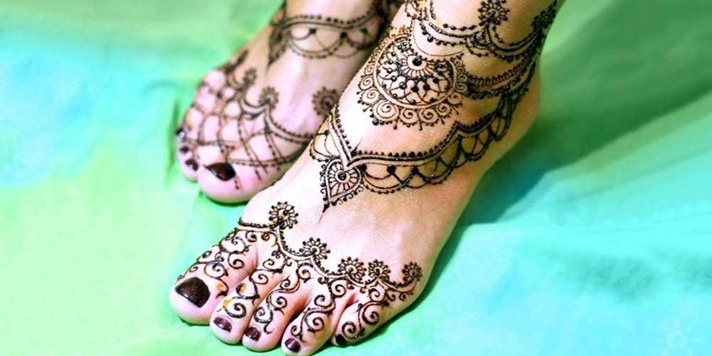 طراحی حنا روی پا ساده