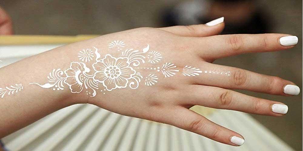 طرح گل روی دست با حنای سفید