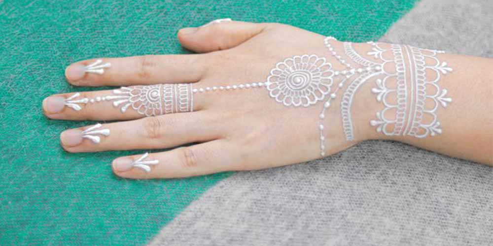 طراحی حنا سفید روی دست