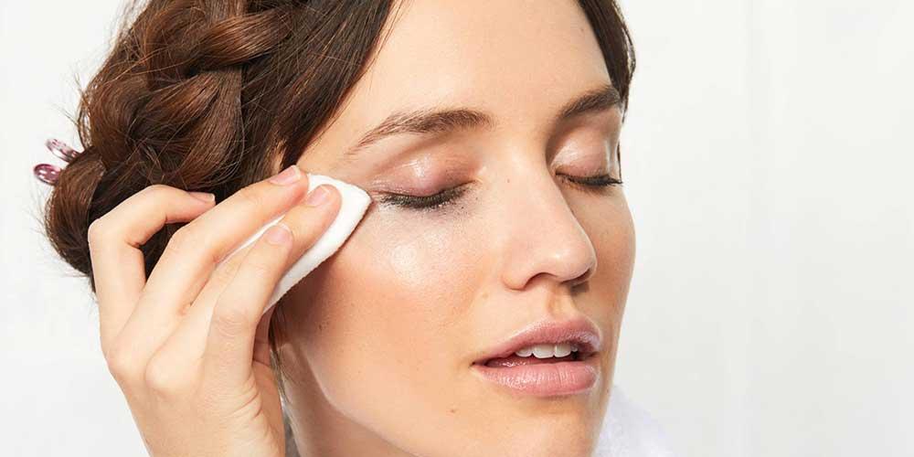 استفاده از میسلار واتر برای تمیز کردن آرایش چشم