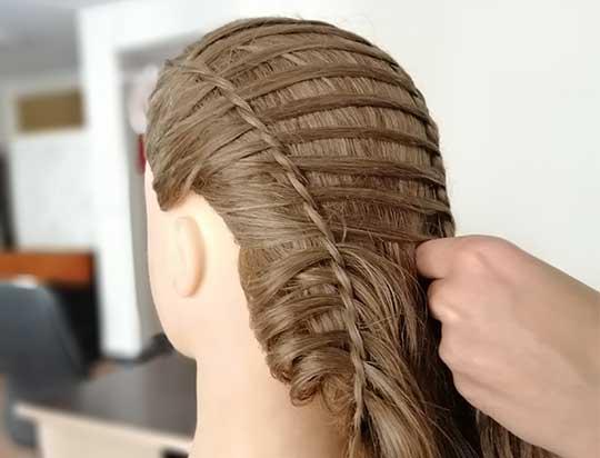 آموزش بافت مو دخترانه در آموزشگاهی مجهز