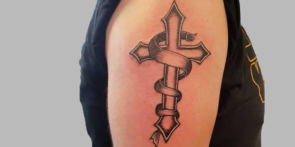 عکس تاتو صلیب برجسته روی بازو